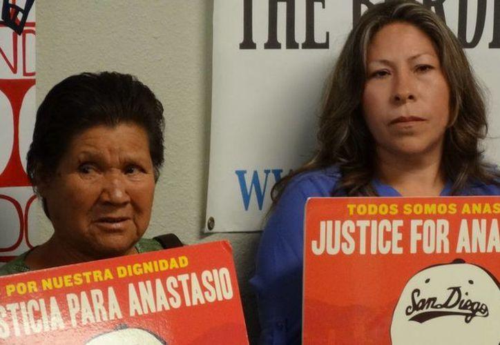 La madre de Anastasio Hernández Rojas, Luz Rojas, y la viuda del mexicano, María Puga, piden justicia en el caso. (Notimex)