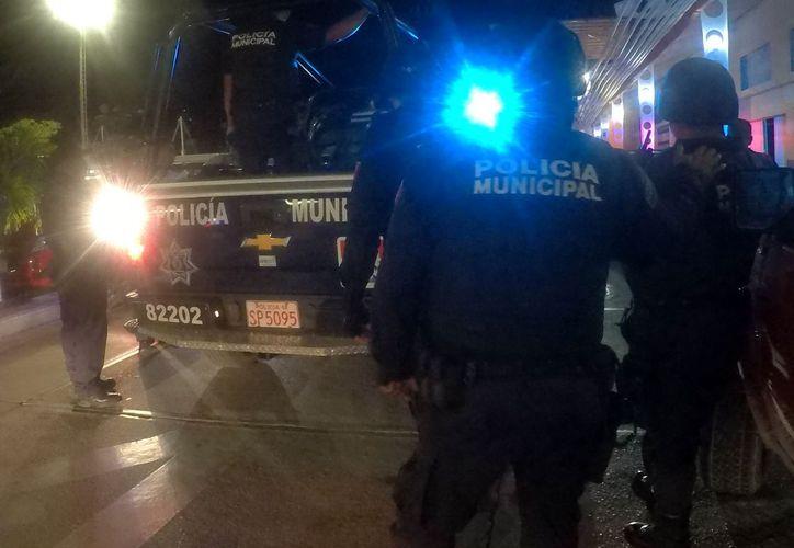 La mujer y el hombre fueron detenidos en una patrulla, por armar la pelea en vía pública. (Redacción)