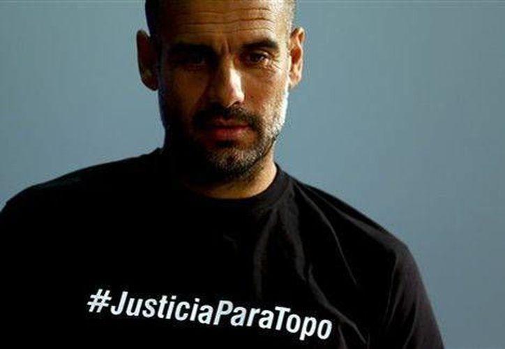 Pep Guardiola compareció el lunes con una camiseta con la leyenda #JusticiaparaTopo (AP), lo que le ha traido problemas con la UEFA. (Milenio)