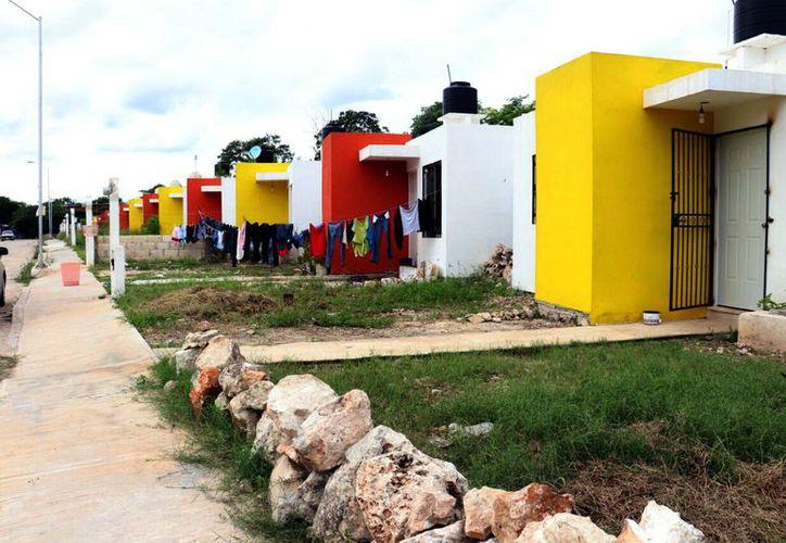 Solo las familias que adquieren viviendas de constructoras de fraccionamientos municipalizados cuentan con los servicios públicos necesarios para habitarlas. (SIPSE)