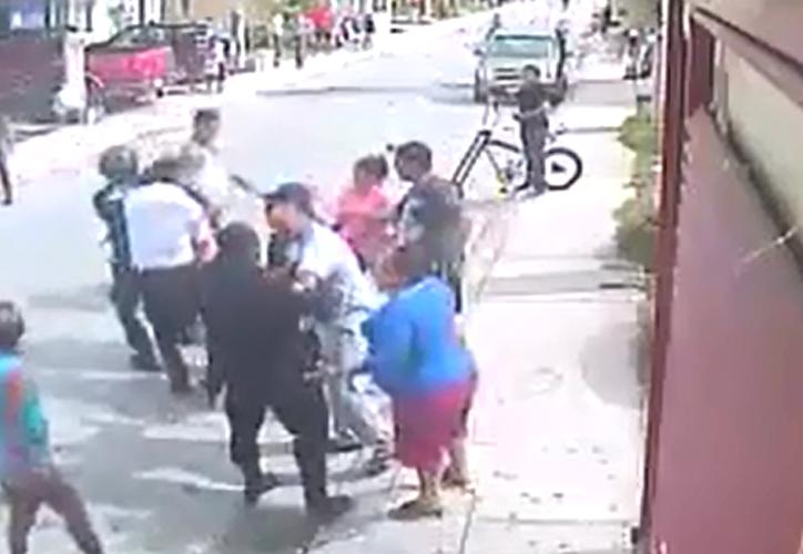 Policías de Puerto Morelos capturan a un hombre sin argumentar por qué. (Captura video)