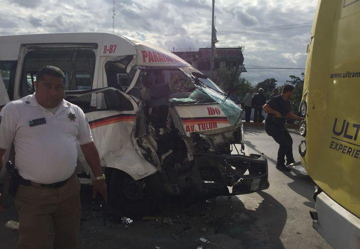 El choque por alcance entre dos vehículos de transporte urbano dejó cinco lesionados. (Eva Murillo/SIPSE)
