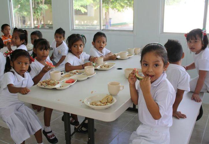 La Asistencia Social del DIF brinda los desayunos escolares en el municipio. (Alida Martínez/SIPSE)