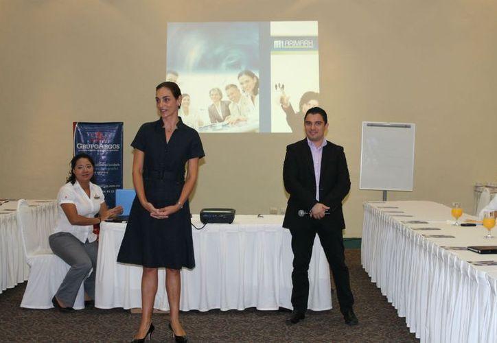 La directora del Grupo Argos, Mónica Arango Serrallonga (centro), durante un taller de capacitación. (Redacción/SIPSE)
