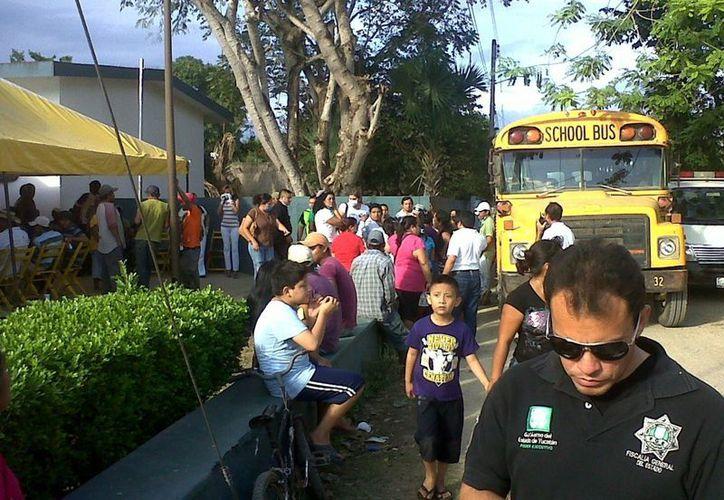 En ambulancias y autobuses de la empresa trasladaron a los empleados intoxicados a nosocomios de la zona. (Cortesía)