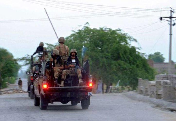 Aviones no tripulados de Estados Unidos retomaron los ataques en Afganistán: este miércoles lanzaron 2 misiles que mataron a por lo menos 6 milicianos. En la imagen- que no corresponde ataque del dron- Fuerzas de Seguridad de Pakistán patrullan calles de Jamrud. (Efe/archivo)