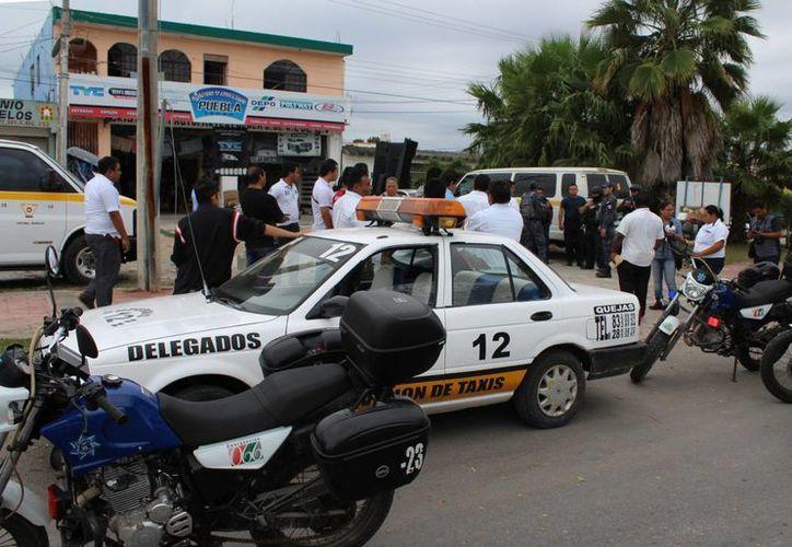 Al lugar acudió personal de la Gendarmería de la Policía Federal, así como de la Policía Municipal Preventiva, quienes dialogaron con ambas partes. (Ángel Castilla/SIPSE)