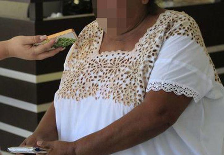 La señora fue estafada con la treta de que hiciera el favor de cambiar un pagaré en el banco. (Harold Alcocer/SIPSE)