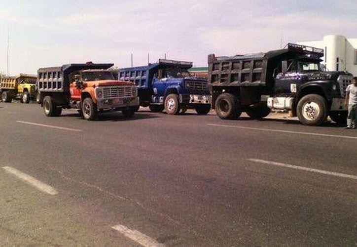 Transportistas bloquearon al menos cuatro carreteras en Oaxaca en protesta por el aumento del costo de las gasolinas. (Milenio)