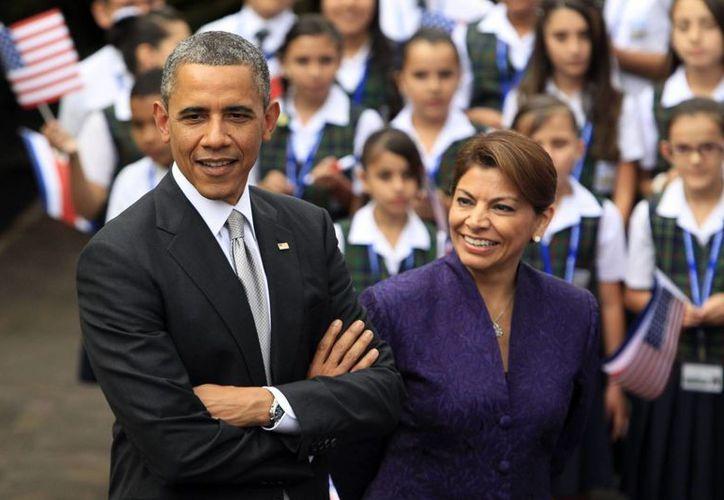 El presidente Barack Obama y la mandataria de Costa Rica, Laura Chinchilla, asisten a un evento cultural con niños costarricenses. (EFE)