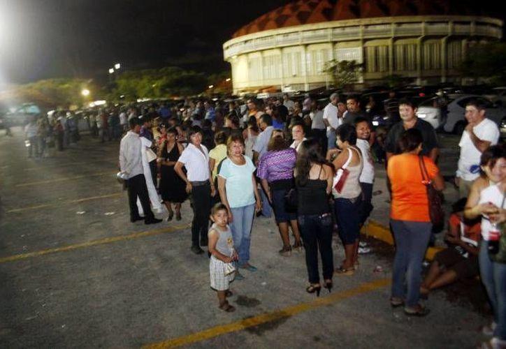 Los hechos ocurrieron en junio del año pasado, cuando las más de 500 personas se  presentaron a las puertas de estadio Kukulkan para recibir los supuestos apoyos. (Archivo/SIPSE)