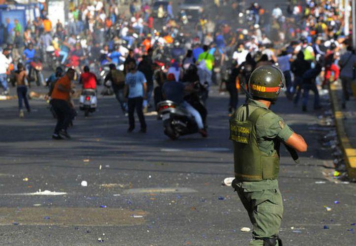 Aquel que salga a las calles a protestar será juzgado y castigado con severas penas de 15, 20 y 25 años de cárcel en Venezuela. (AFP).