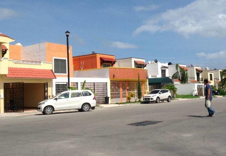 Los habitantes de colonias alejadas del centro de Playa del Carmen deben esperar a que se 'libere' una línea telefónica para poder contratarla. (Yesenia Barradas/SIPSE)