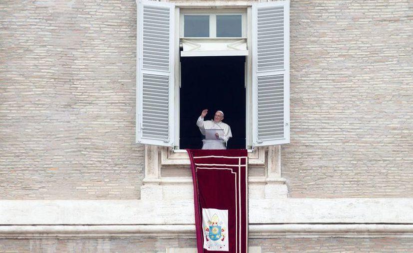 Imagen del Papa Francisco durante el rezo del Angelus, quien defiende la dignidad y el valor de los humanos. (EFE)