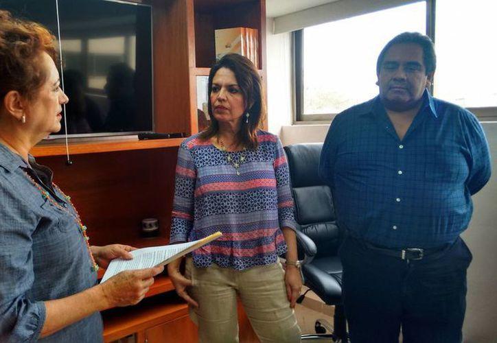 Silvia López Escoffié, coordinadora estatal de Movimiento Ciudadano, entrega la queja a la presidenta del Iepac, María de Lourdes Rosas Moya. (SIPSE)