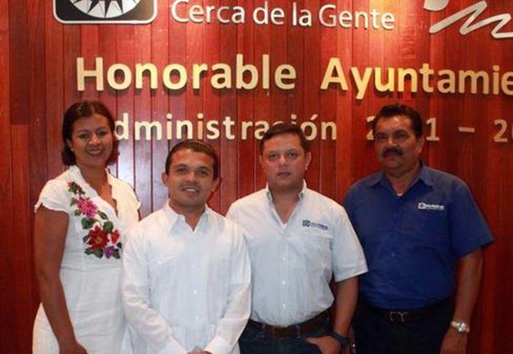 Al finalizar la sesión el presidente municipal, Hugo Sánchez Montalvo, agradeció a los funcionarios que presentaron sus denuncias. (Redacción/SIPSE)