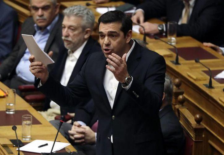 El premier griego Alexis Tsipras defendió el avance económico de Grecia ante el parlamento helénico. (AP/Thanassis Stavrakis)