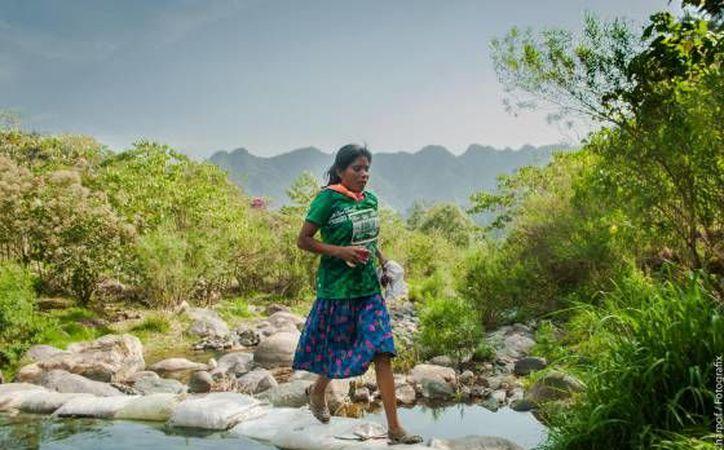 La indumentaria de la mujer es común entre los corredores indígenas tarahumara. (verne.elpais.com)