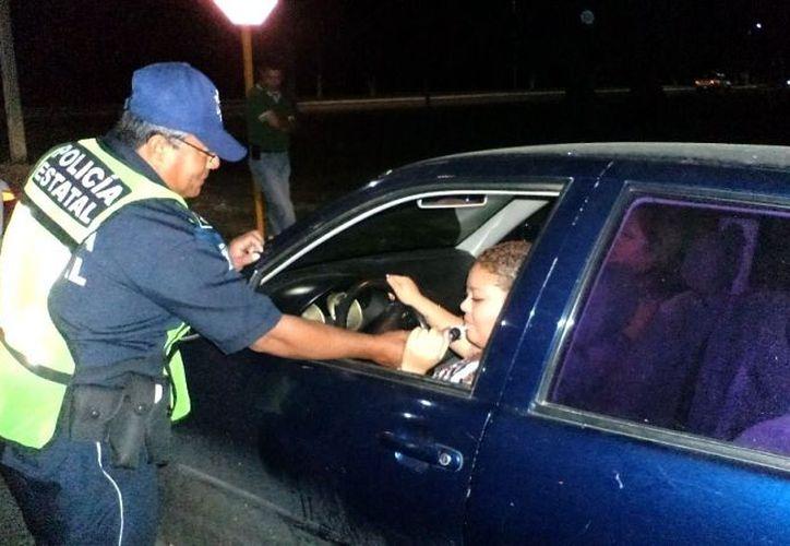 Tan solo en una noche se menciona que se pueden amonestar a más de 50 conductores. (Samuel Caamal/SIPSE)