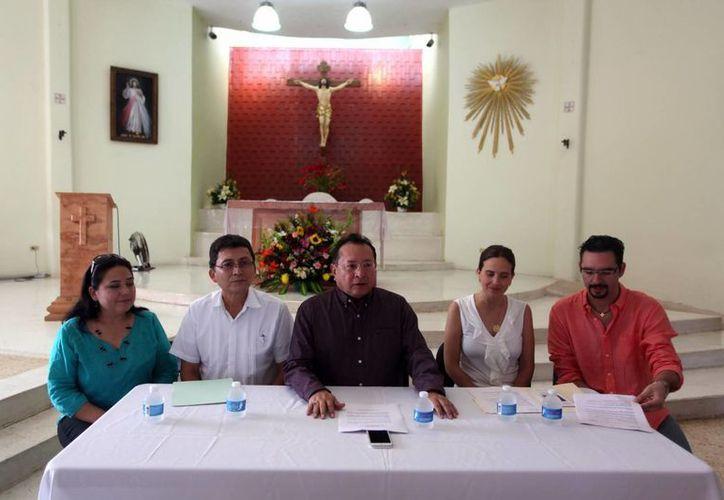 El padre José Ernesto Madera (centro) presentó a los dos grupos. (Amilcar Rodríguez/SIPSE)