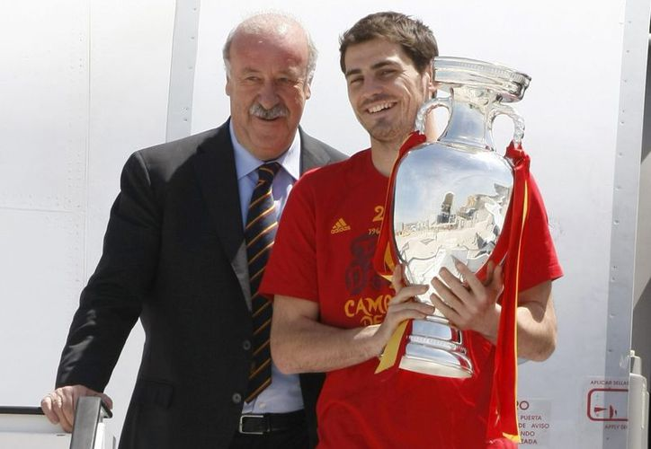 El capitán de la selección española, Iker Casillas (d), y el seleccionador, Vicente del Bosque, con el trofeo de campeones de la Eurocopa, a su llegada al aeropuerto de Madrid desde Kiev, el pasado mes de julio. (EFE/Archivo)