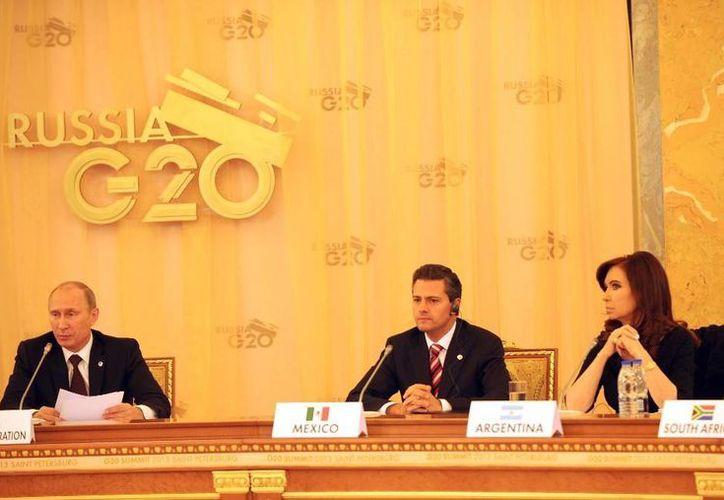 El mandatario, flanqueado por el presidente ruso Vladimir Putin y la argentina Cristina Fernández, dijo que la reforma hará más simple el sistema tributario. (presidencia.gob.mx)