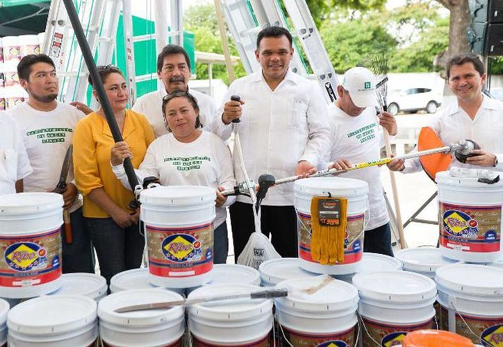 El Gobernador (c) entregó pintura y equipos de mantenimiento a escuelas de educación básica, en la colonia Chuburná de Hidalgo, Mérida. (Cortesía)