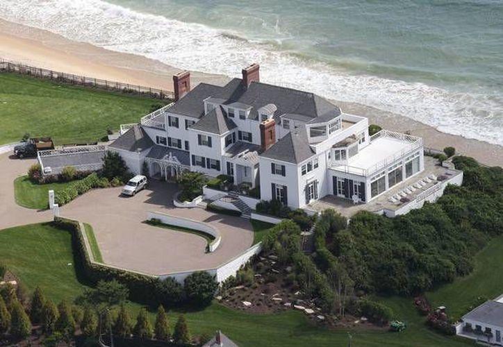 Esta es la mansión que compró Taylor Swift y que está situada frente al mar en Rhode Island. (Foto tomada de zeleb.mx)