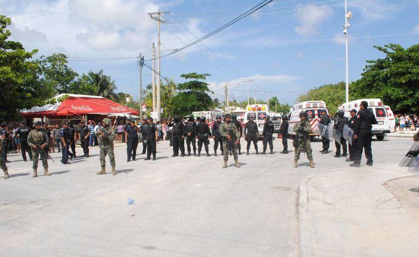 Los alrededores de la cárcel fueron custodiados por elementos de seguridad. (Eric Galindo/SIPSE)