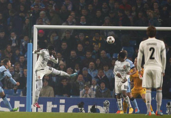 Seydou Doumbia, del CSKA, anota el primer gol del partido en casa del Manchester City, que perdió en la cuarta jornada de la Champons League. (Foto: AP)
