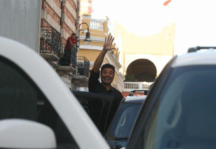 El cantante Chayanne saluda a sus fans que siguieron de cerca la grabación de las escenas del nuevo video del boricua, correspondiente al sencillo 'En todo estaré'. (Jorge Sosa/SIPSE)
