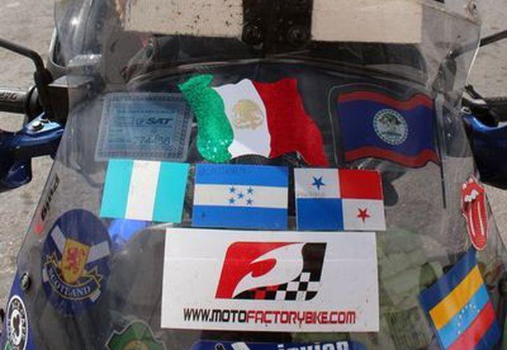 """Javier Pérez viaja con """"Margarita 42"""", su moto marca Honda. (Milenio Novedades)"""