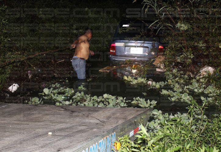 El presunto responsable del accidente, se dio a la fuga hacia el fraccionamiento Caribe, donde terminó dentro de la sabana. (Foto: Redacción/SIPSE)