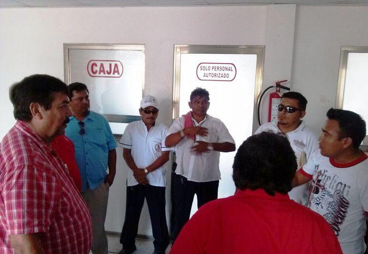 Taxistas del gremio Tiburones del Caribe en una reunión. (Rossy López/SIPSE)
