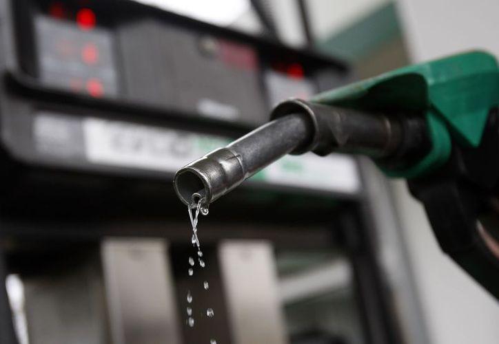 Los precios de las gasolinas bajarán dos centavos este martes 7 de marzo. (Agencias)