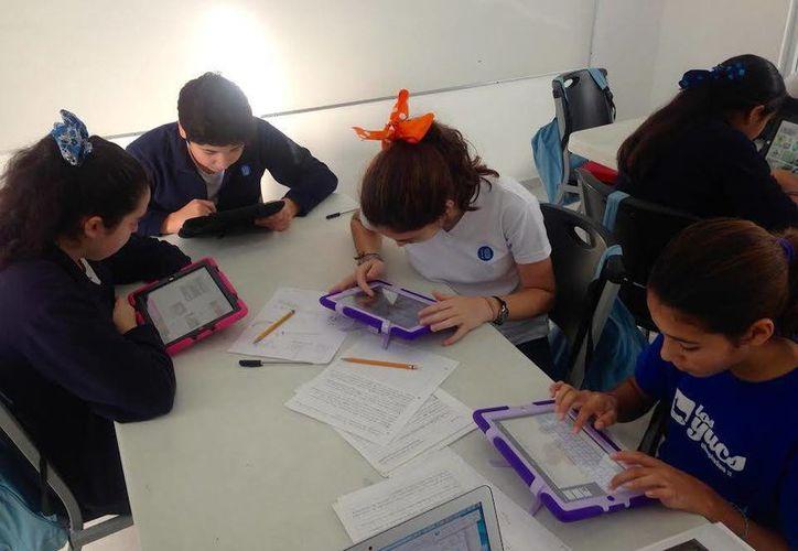 """Estudiantes del del Instituto de Educación Progresiva """"The Workshop"""", mientras utilizan sus tabletas para realizar la tarea. (Milenio Novedades)"""