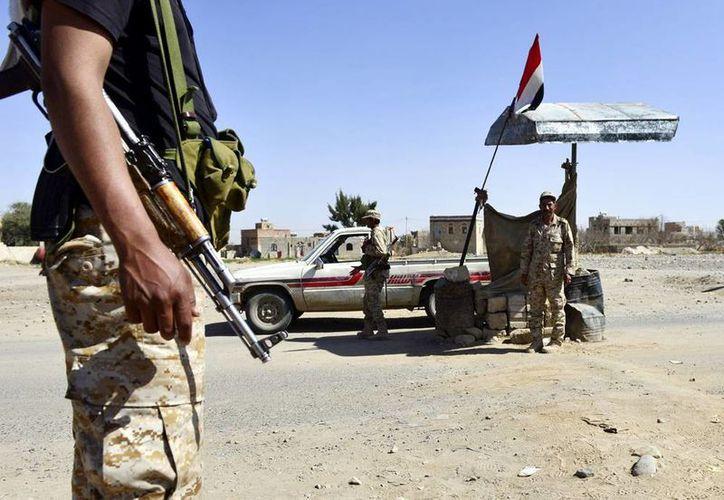 Un soldado detiene un vehículo en un punto de control en Saná, Yemen. (EFE)