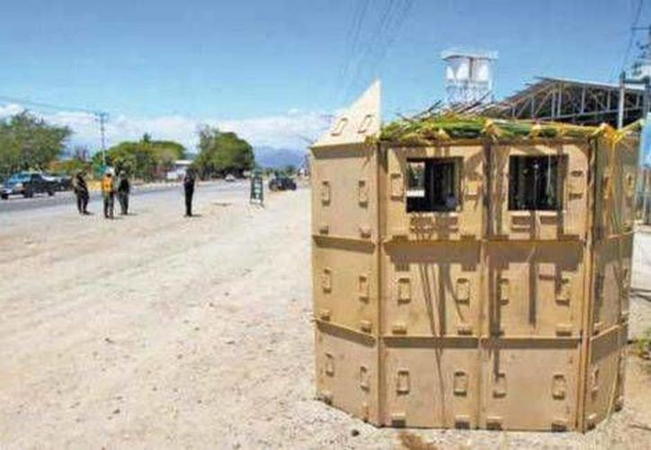 Personal del Ejército asesora a los guardias rurales acerca del uso del puesto de vigilancia. (Milenio)