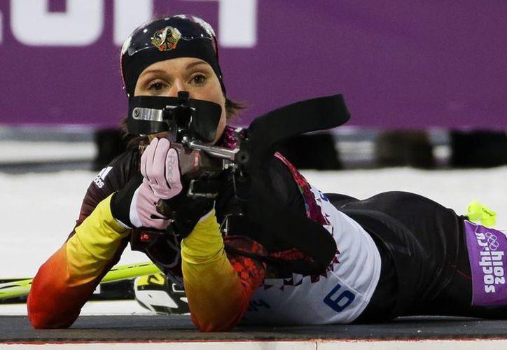 La alemana Evi Sachenbacher-Stehle, quien se prepara para disparar en la prueba de biatlón, compitió en cinco pruebas antes dar positivo en doping. (Agencias)