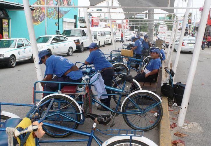 Los tricicleros de Playa del Carmen, que antes solo podían trasladar equipaje, ahora podrán transportar a personas. (Octavio Martínez/SIPSE)