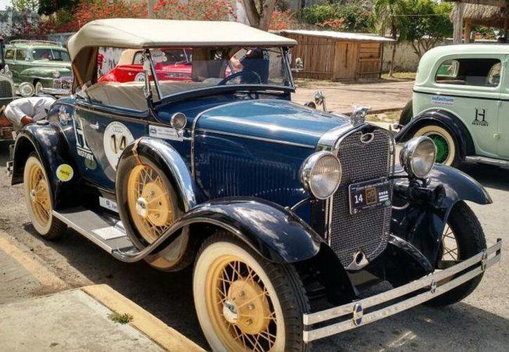 Más de un centenar de automóviles clásicos llegaron al sur de Quintana Roo. (Benjamín Pat/SIPSE)