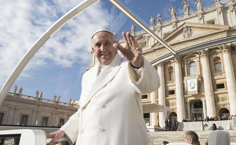 Entre las normas establecidas se destaca que al entrar el Papa Francisco a un lugar se le recibe de pie y con aplausos y cuando se va se le despide de pie, pero en silencio. (Agencias)
