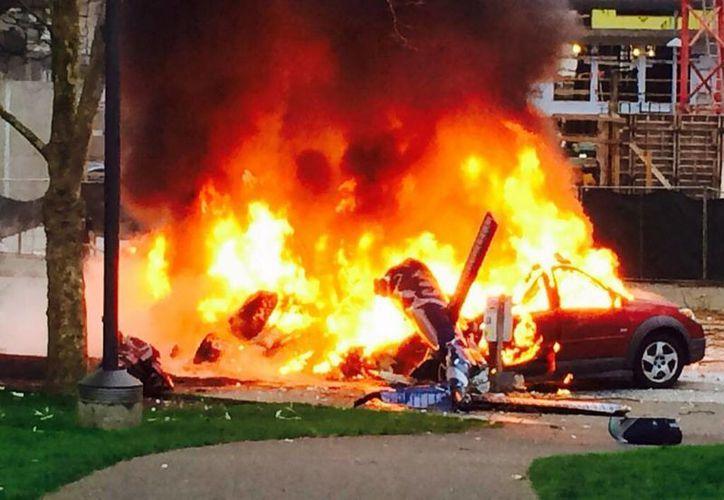 El helicóptero alcanzó a impactarse contra varios autos que se incendiaron. (Agencias)