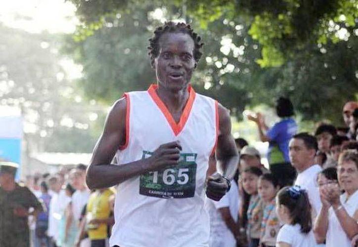El keniano George Kitonga hizo el mejor tiempo en la carrera de 10 km. (Milenio Novedades)