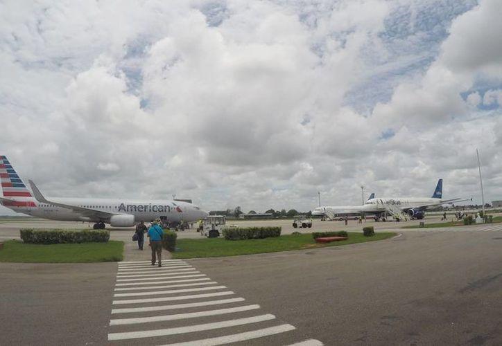 Vuelos chárter de American Airlines y JetBlue esperan autorización para despegar en el Aeropuerto Internacional José Martí de La Habana. (Agencias)