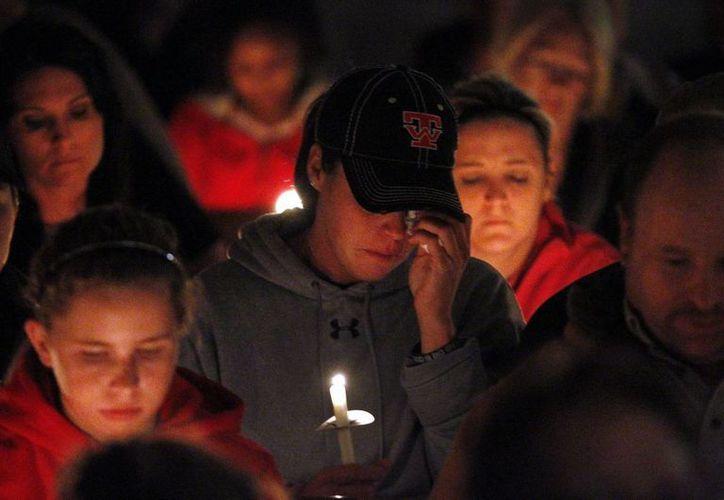 Amigos y familiares de las víctimas de la explosión se reunieron para homenajear a los muertos. (Agencias)