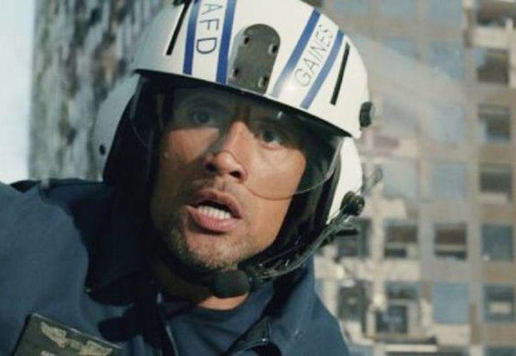 """Fotografía provista por los estudios Warner Bros. Pictures del actor Dwayne Johnson en una escena de la cinta de acción """"San Andreas"""". (Cortesía de Warner Bros. Pictures vía AP)"""