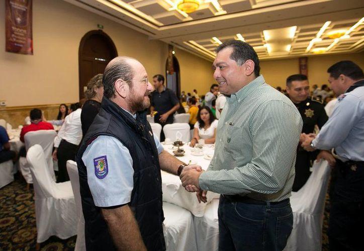 El secretario de Gobierno, Víctor Caballero, con el líder scout durante el evento. (Milenio Novedades)