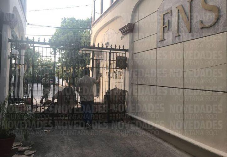 Las puertas quedaron selladas y una unidad de efectivos de la Marina quedó a cargo de la custodia del local. (Redacción/SIPSE)