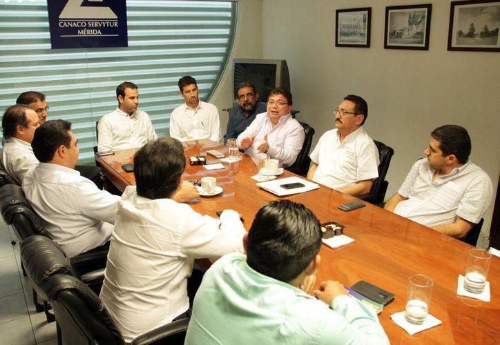 En la reunión de los integrantes de Canacome se abordó el tema de la higiene en los 'food trucks' que funcionan en el norte de Mérida. (Milenio Novedades)